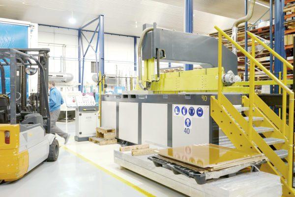 Máquina de corte por sierra vertical